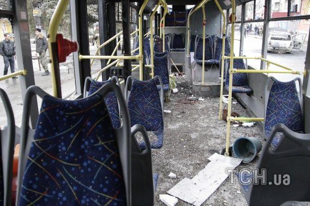 Жуткие фото из Донецка: залитый кровью троллейбус и тела погибших на дороге