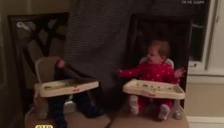 """Игра в прятки двух малышей """"взорвала"""" Сеть"""