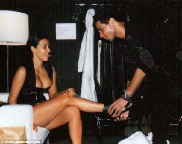 Каньє Вест милувався Кім Кардашян, поки вона намагалася залізти в обтислу спідницю