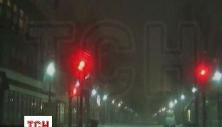 Спорожнілі вулиці в США продовжує засипати снігом