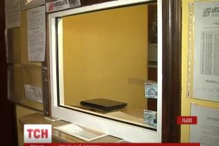 Ідеальне пограбування у Львові: з обмінника винесли 100-кілограмовий сейф з півмільйоном гривень