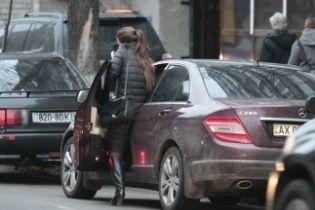 Кошелєва отримала матеріальну допомогу на оренду житла, але їздить Києвом на бордовому Mercedes