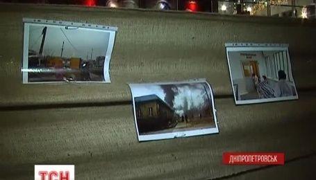 Импровизированный мемориал погибшим жителям с Донбасса, устроили в Днепропетровске