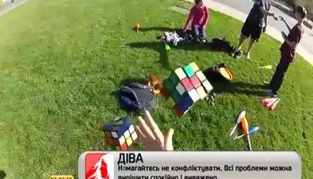 Американец-жонглер сложил сразу три кубика Рубика