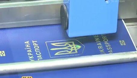 Власникам нових біометричних паспортів у посольствах не ставлять візи
