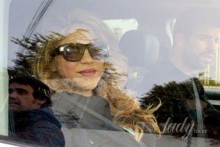 Шакира с улыбкой на лице покинула роддом