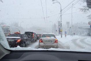 Мощный снегопад застал киевлян врасплох: в соцсетях ругаются на огромные пробки
