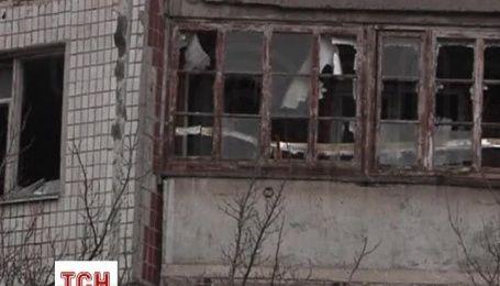 Донеччани намагаються полагодити 16-поверхівку, в яку влучив снаряд