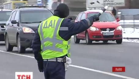 У Львові повістки вручали прямо на дорозі