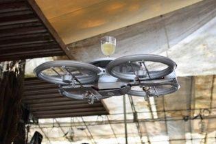 В ресторанах Сингапура появились летающие официанты (видео)