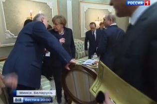 """Лукашенко у Мінську """"заблокував"""" стілець і не дав Путіну присісти за стіл"""