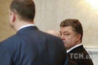 Порошенко у Мінську допоміг піднятися оператору, якого збила його охорона