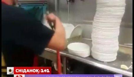 Спритний мийник посуду вразив Мережу