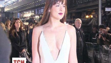 """Дакота Джонсон надела на премьеру """"50 оттенков серого"""" в Лондоне откровенное платье"""