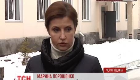 Марина Порошенко привезла подарунки для мобілізованих у військовий навчальний центр у Десні