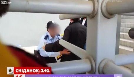 Турецкий болельщик попался, когда пытался пронести на себе 23 бутылки пива