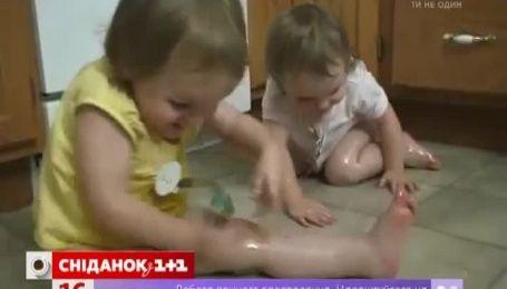 Мережу вразили близнючки, які влаштували собі ковзанку на кухні