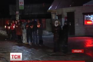 На Київщині півтисячі людей навколішки зустрічали загиблого в Пісках героя