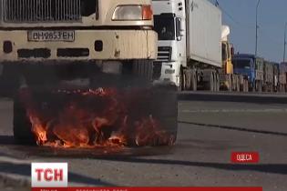 На Хмельнитчине родственники бойцов автобусом перекрыли железнодорожные пути