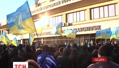 Работники Илличевского торгового морского порта хотят жить в единстве
