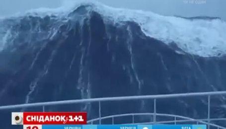 Ролик про шлюпку під час морського шторму вразив Мережу