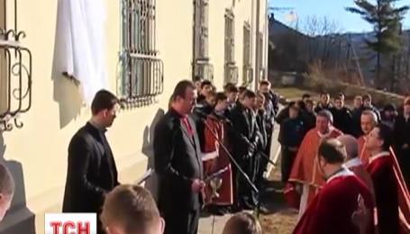Меморіальну дошку Герою Небесної Сотні встановили у Бучацькому колегіумі