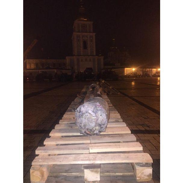 На Михайловскую площадь в Киеве всю ночь свозили российскую военную технику