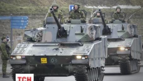 Британские и американские военные провели парад в эстонском городе Нарва