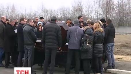 Под звуки саксофона Михаила Чечетова похоронили на южном кладбище в Киеве