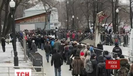 В Москве проститься с Борисом Немцовым пришли тысячи людей