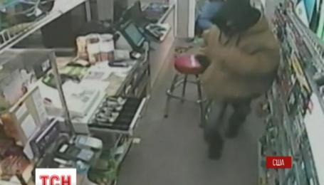 В американському місті Лексінгтон беззбройна продавчиня прогнала двох грабіжників