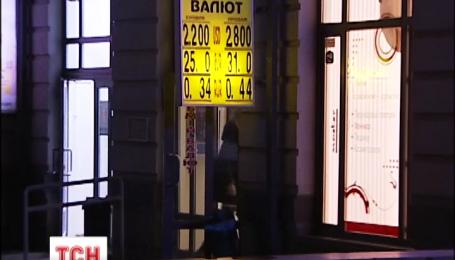 Нацбанк знизив офіційний курс ще на дві гривні