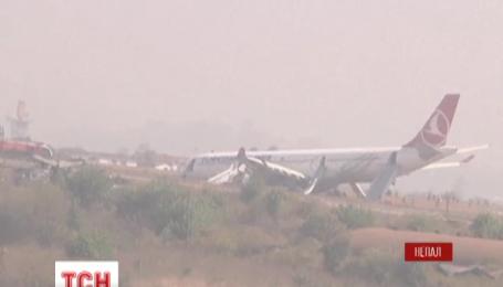 Пассажирский самолет турецких авиалиний выкатился за пределы взлетной полосы в Непале