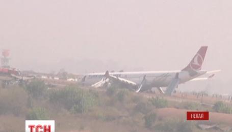 В Непале пассажирский самолет турецких авиалиний выкатился за пределы взлетной полосы