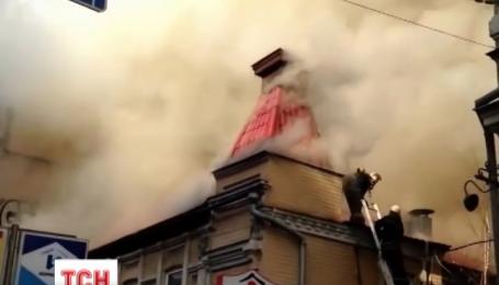 В центре столицы горит дом