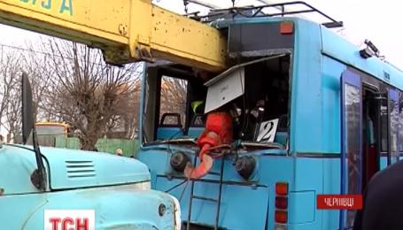 В Черновцах автокран врезался в троллейбус