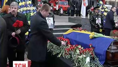 Сегодня похоронили погибших в Киеве пожарных