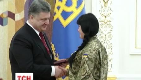 Напередодні 8 березня Порошенко нагородив сміливих жінок