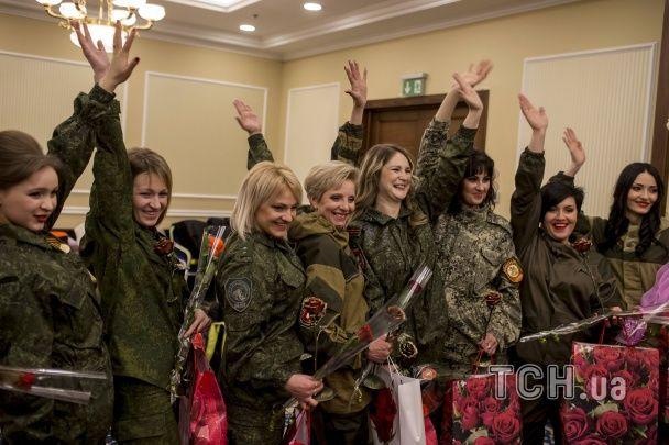 """""""Мисс ДНР"""" в Донецке: сепаратистки дефилировали в вечерних платьях и камуфляже"""