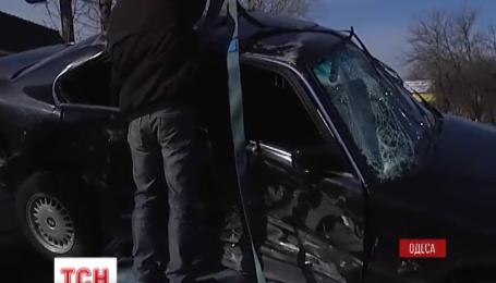 В Одесі після зіткнення з «Ланосом» БМВ впала на дах «Пежо»