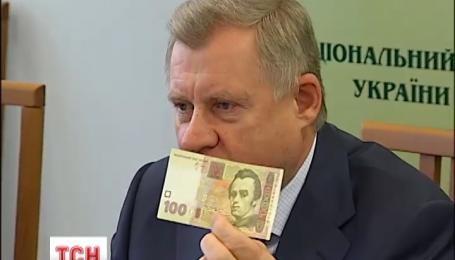 В Национальном банке показали все 19 уровней защиты новой стогривневой купюры