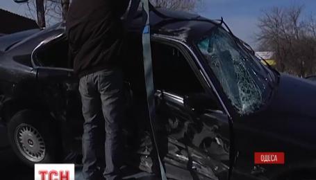 """В Одессе BMW """"приземлился"""" на крышу легковушки, которая остановилась на светофоре"""