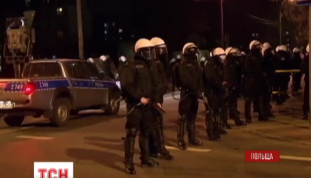 Другу ніч поспіль не вщухають сутички молоді та поліції поблизу Варшави