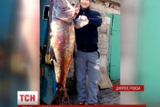 В Днепре гарпуном поймали гигантского 50-килограммового толстолобика