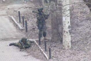 З'явилося відео, як бойовики з танком та снайперами воюють між собою у Макіївці