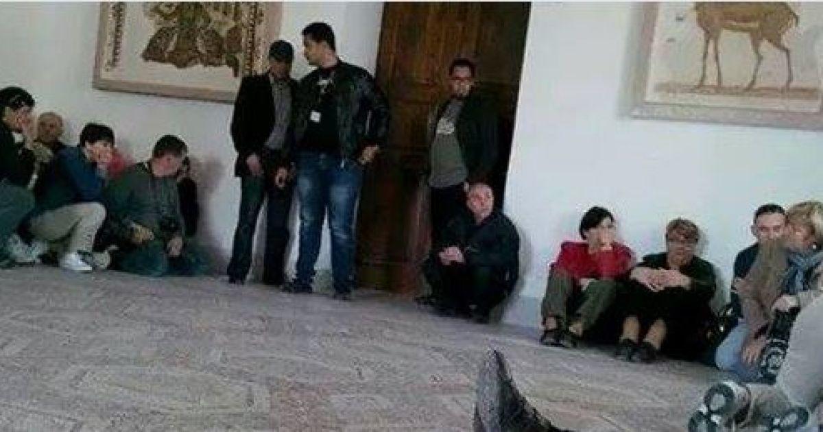 Заручник передає фотографії з захопленої будівлі @ facebook.com/1protsenko
