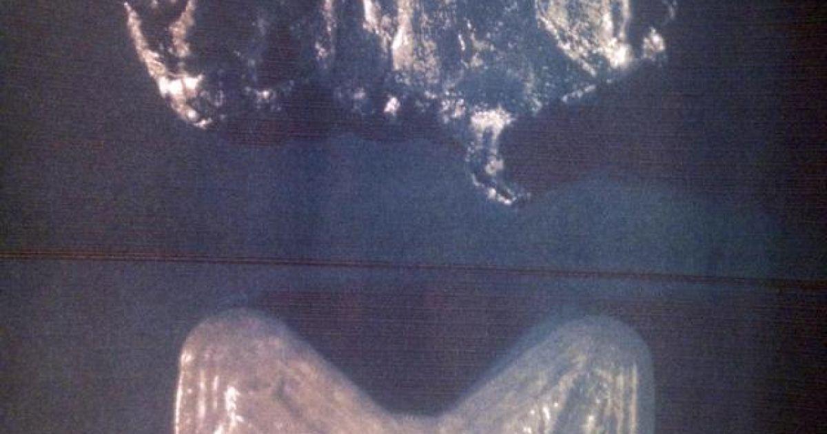 """Искореженный поражающий элемент """"Бук-М1-2"""", извлеченный из """"Боинга"""", и целый поражающий элемент, извлеченный из боевой части ракеты. @ Цензор"""