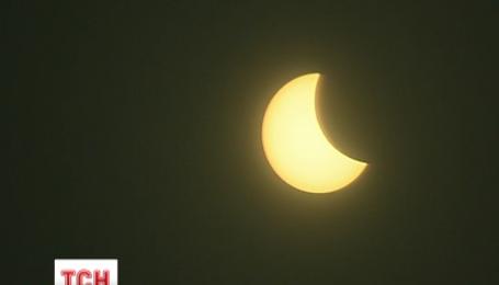 Земляне сегодня наблюдали солнечное затмение