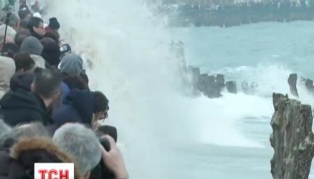 У Франції чекають на хвилі заввишки з п'ятиповерхівку