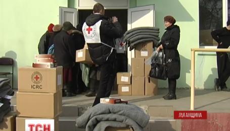 Червоний Хрест прорвався у селище Кримське з гуманітарною допомогою